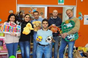 2500 volte grazie dai volontari di Emporio Migliaia i giocattoli arrivati a Emporio dopo l'appello dei volontari